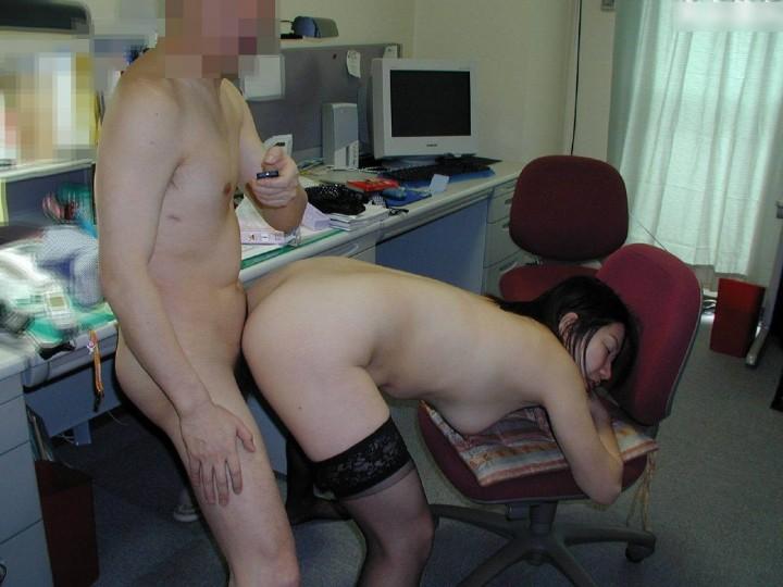 素人OLが会社内で笑顔の誘惑で上司と不倫SEXのエロ画像16枚目