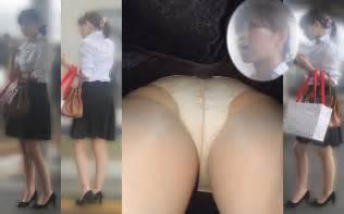 ヤンキーOLのタイトスカート逆さパンチラ盗撮画像16枚目
