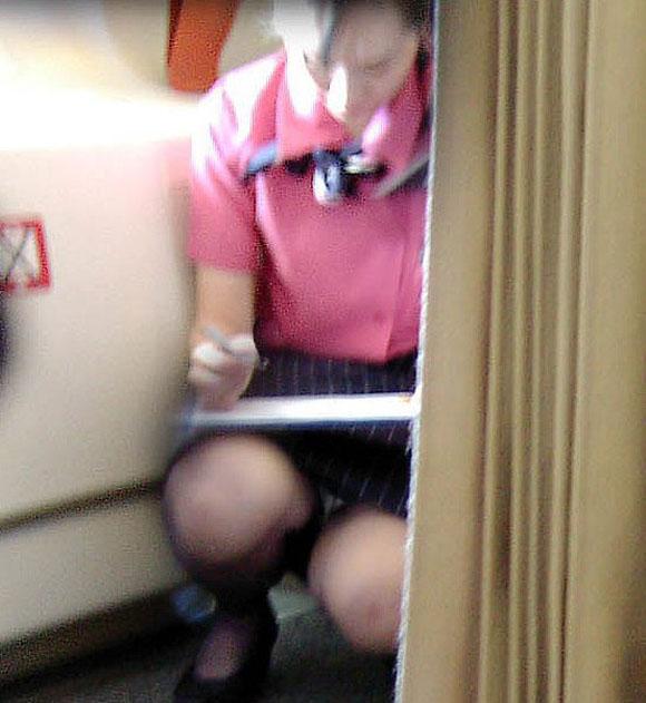 お姉さん系OLのタイトスカート対面三角パンチラエロ画像2枚目