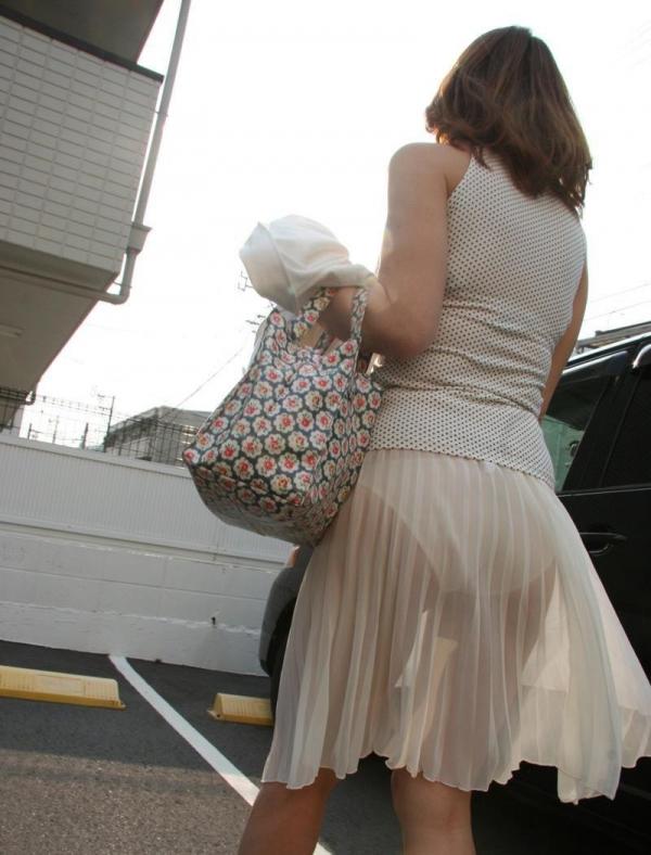 ビッチOLがスカート姿で透けパンチラの誘惑的エロ画像1枚目