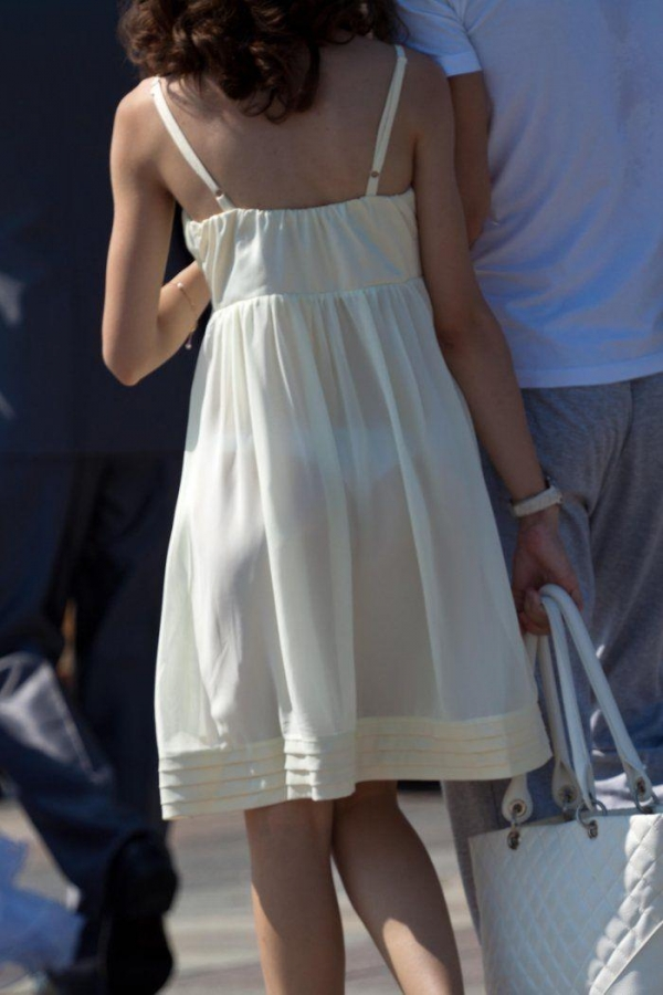 ビッチOLがスカート姿で透けパンチラの誘惑的エロ画像5枚目