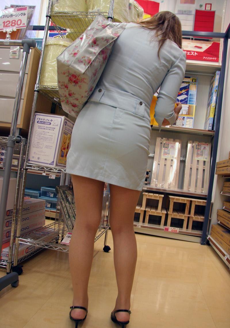 ビッチOLがスカート姿で透けパンチラの誘惑的エロ画像8枚目