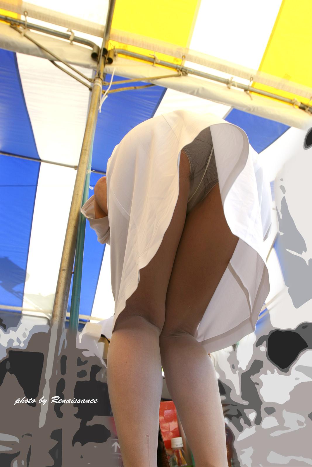 前かがみでパンチラする白衣ナース盗撮エロ画像14枚目