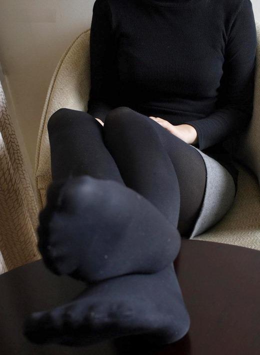 美脚OLのカラーパンストの足裏や黒パンストつま先エロ画像13枚目