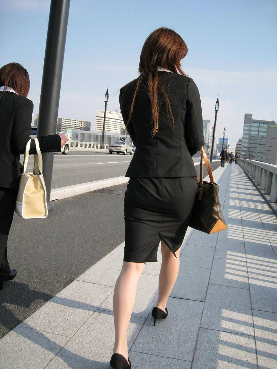 就活OLをストーカーが盗撮したタイトスカートのエロ画像1枚目