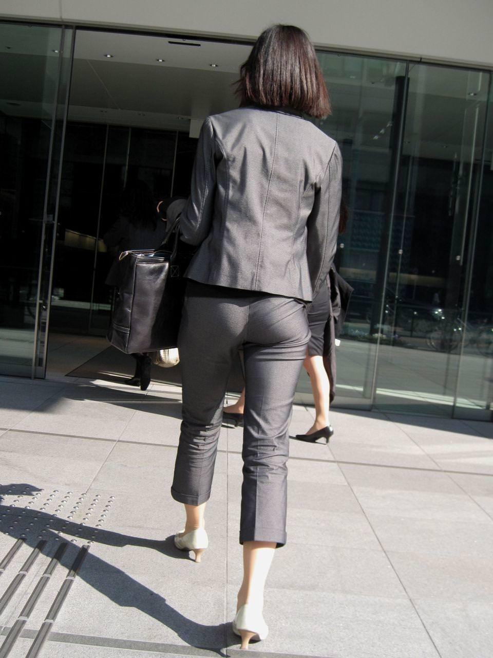 就活OLをストーカーが盗撮したタイトスカートのエロ画像3枚目