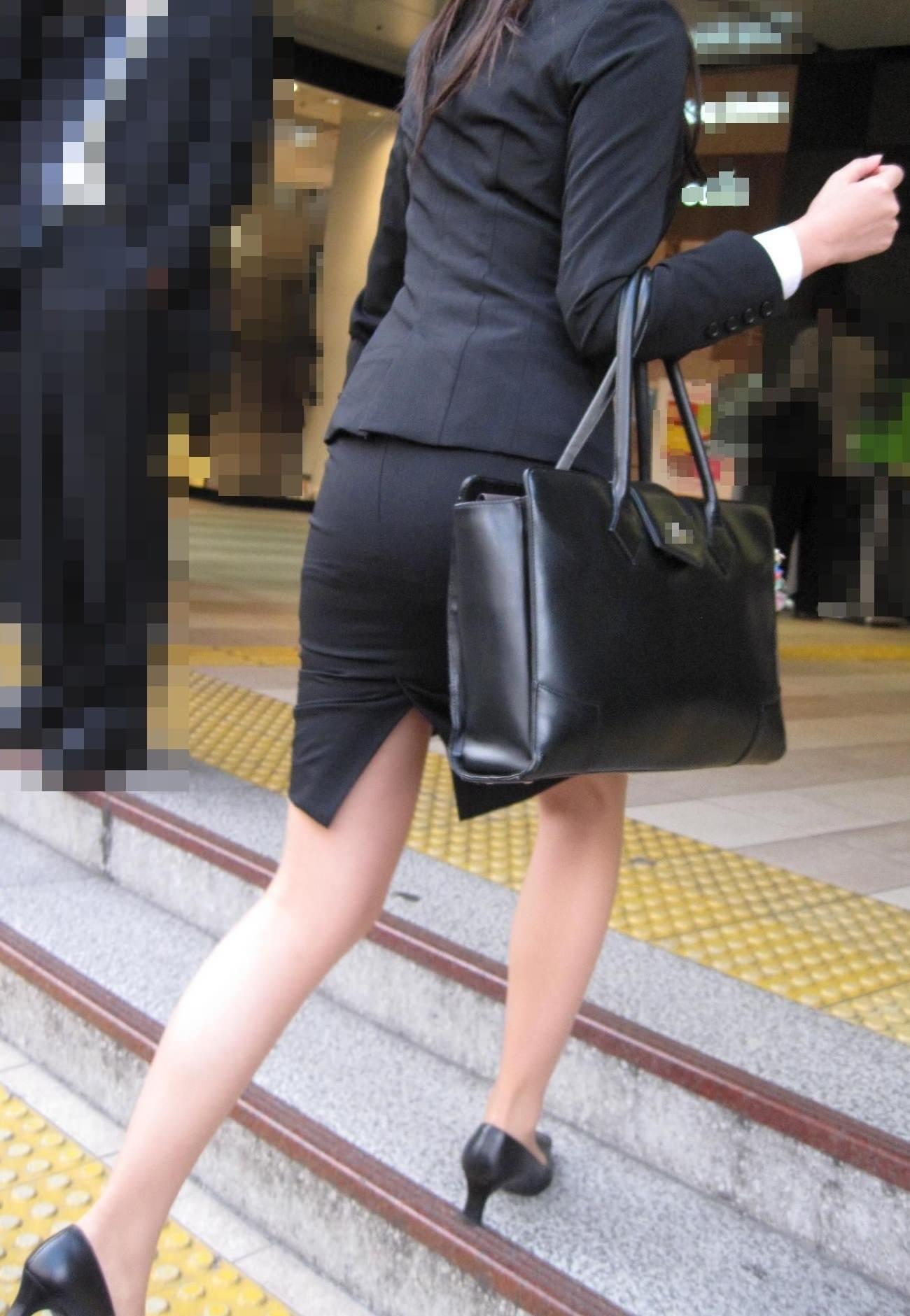 就活OLをストーカーが盗撮したタイトスカートのエロ画像5枚目