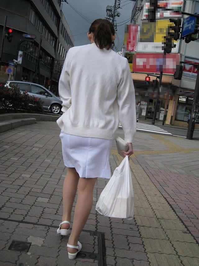 白衣ナースの透けた下着をストーカーが盗撮したエロ画像1枚目