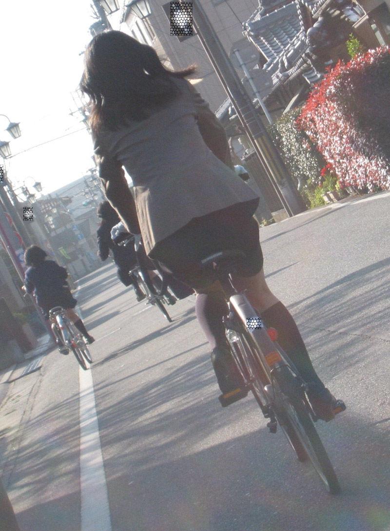 ショートカットの素人OL自転車を盗撮したエロ画像11枚目