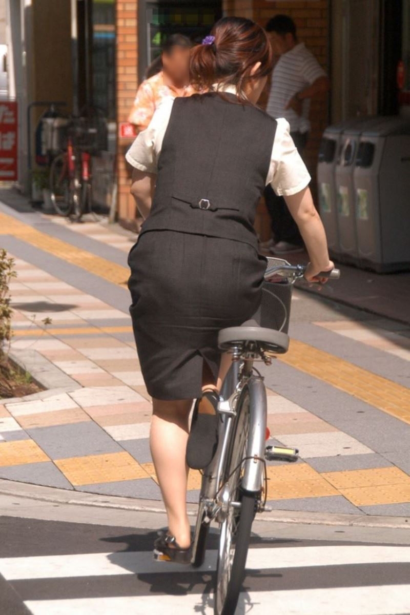 ショートカットの素人OL自転車を盗撮したエロ画像13枚目