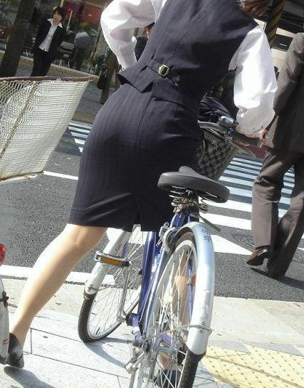 素人OL達の魅惑的な巨尻シルエットの自転車盗撮エロ画像1枚目
