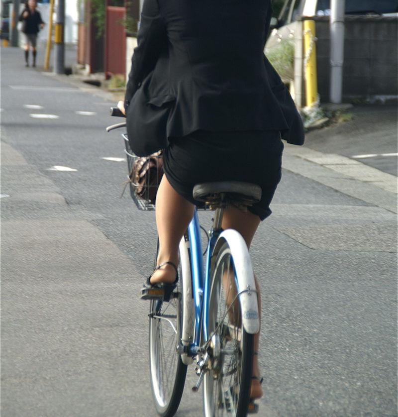素人OL達の魅惑的な巨尻シルエットの自転車盗撮エロ画像7枚目