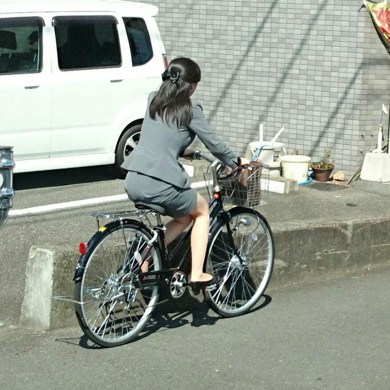 素人OL達の魅惑的な巨尻シルエットの自転車盗撮エロ画像9枚目
