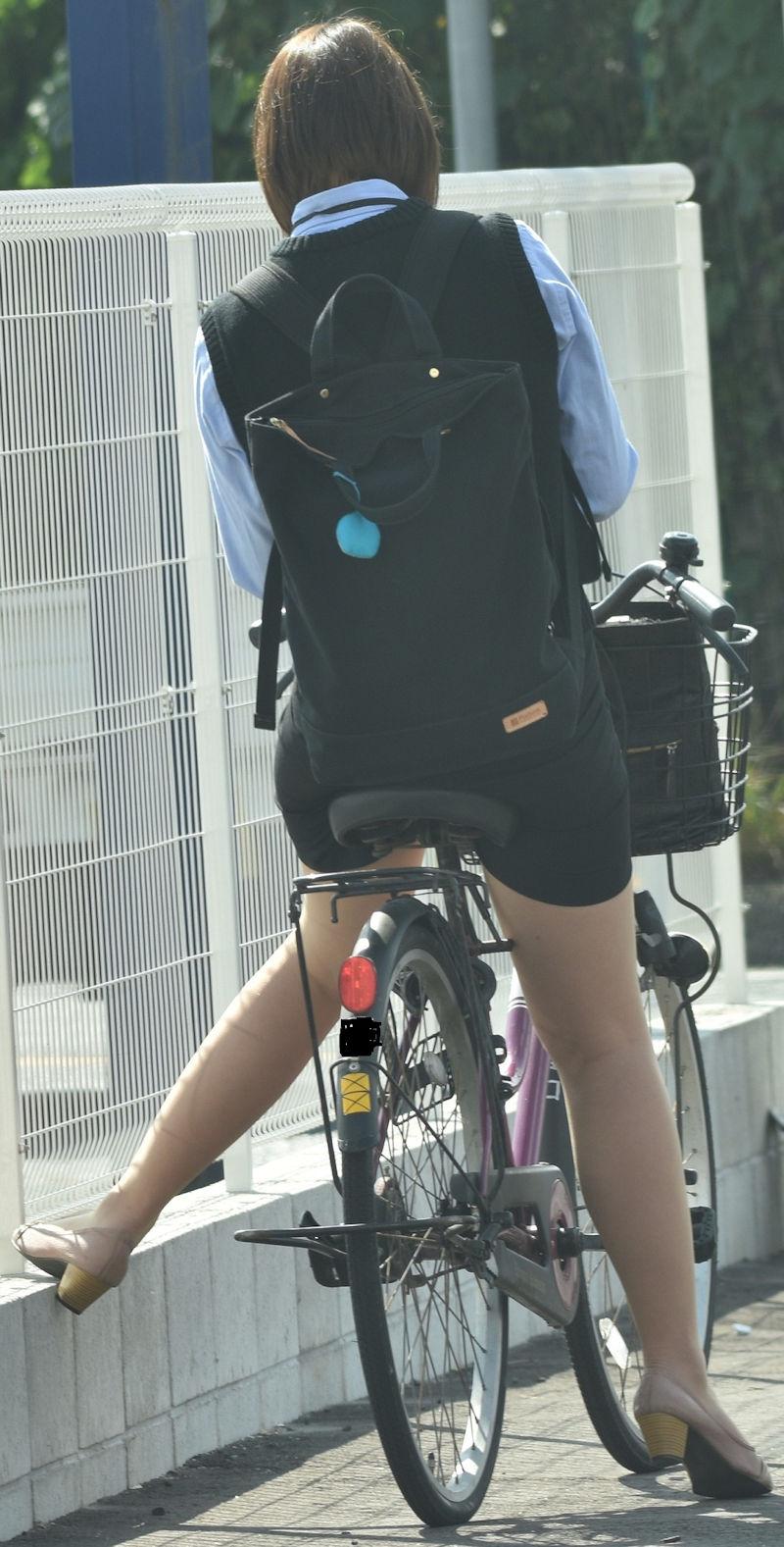 素人OL達の魅惑的な巨尻シルエットの自転車盗撮エロ画像10枚目