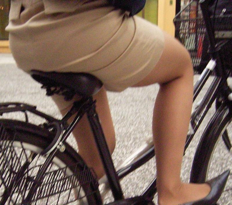 素人OL達の魅惑的な巨尻シルエットの自転車盗撮エロ画像11枚目