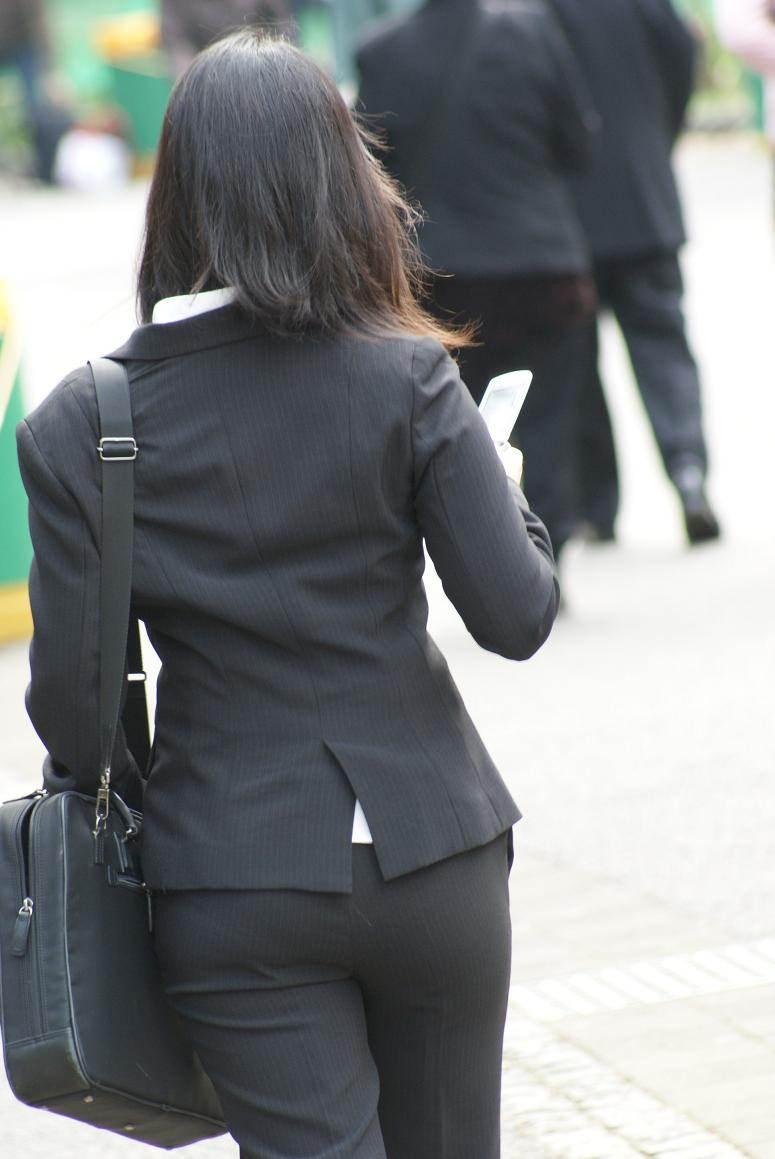 素人OL達の街角で見かけた必死な就活事情の盗撮エロ画像1枚目