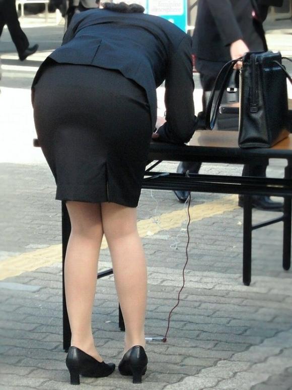 素人OL達の街角で見かけた必死な就活事情の盗撮エロ画像10枚目
