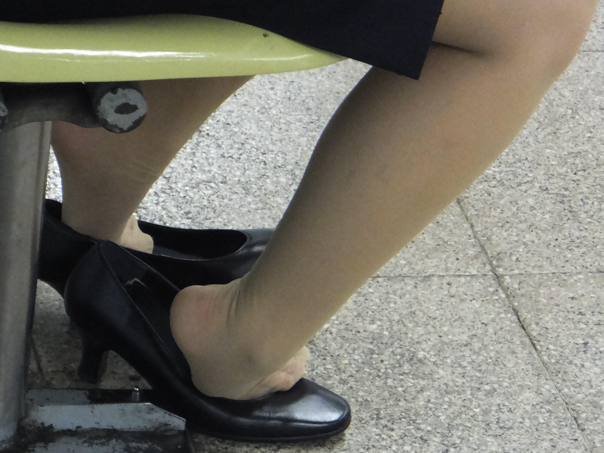 ビッチOLの汚れたパンストの足裏を舐め回す変態エロ画像5枚目