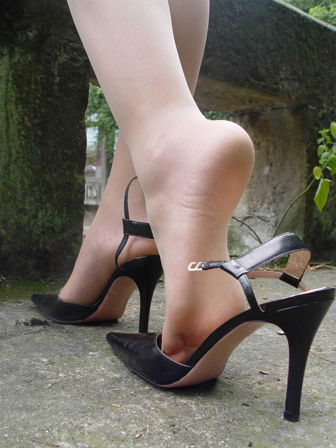 美脚OLがハイヒールの足裏をチラつかせる誘惑的エロ画像1枚目