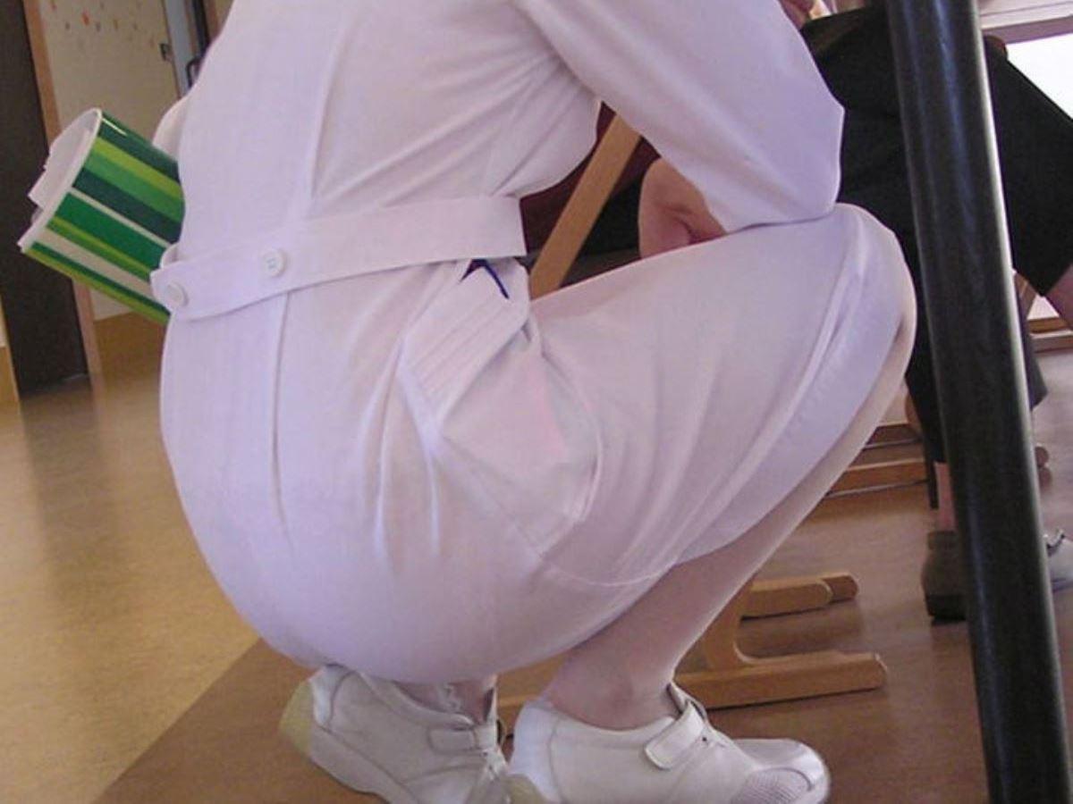 白衣ナースの大掃除中がチャンスの淫らな透け下着エロ画像16枚目