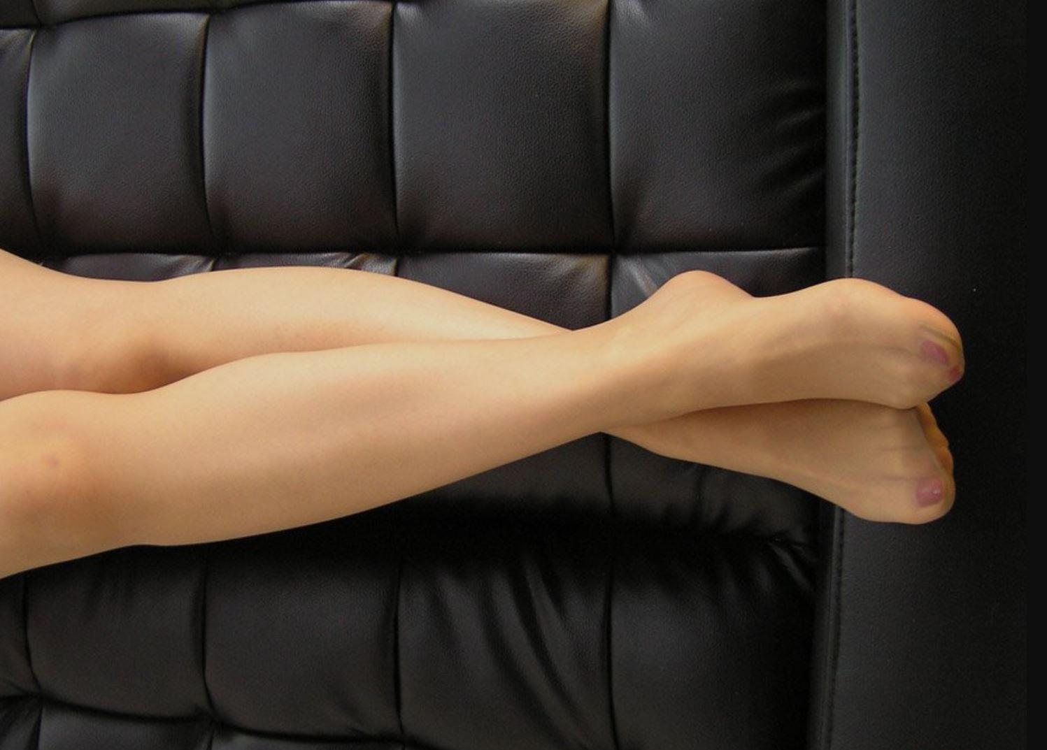 美脚OLの綺麗に揃ったパンストつま先の透け縫い目エロ画像7枚目