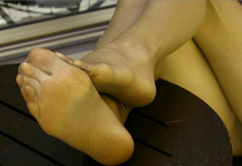 美脚OLの綺麗に揃ったパンストつま先の透け縫い目エロ画像10枚目