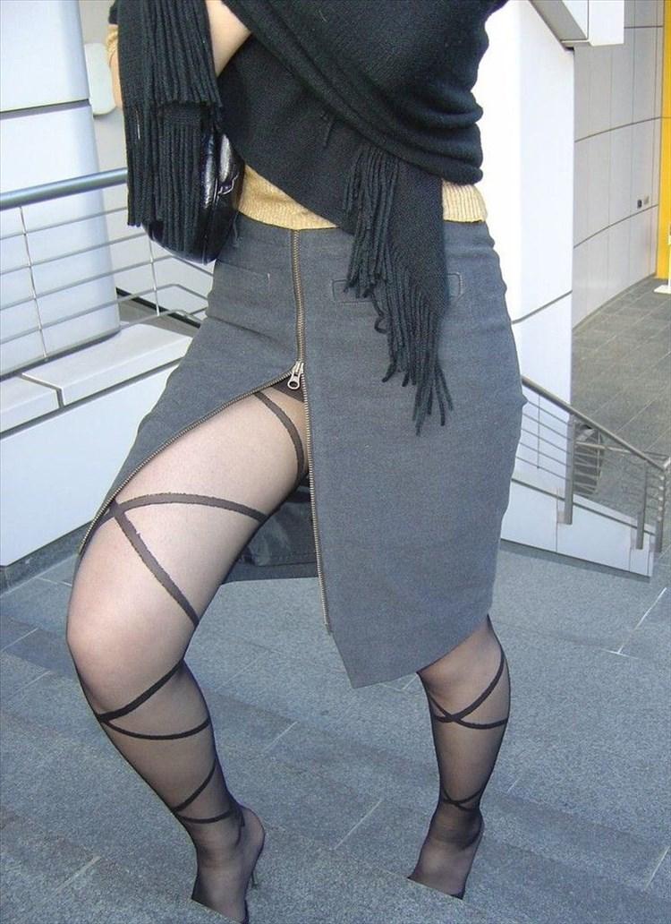 素人OLがミニタイトスカートで美脚挑発する誘惑的エロ画像2枚目