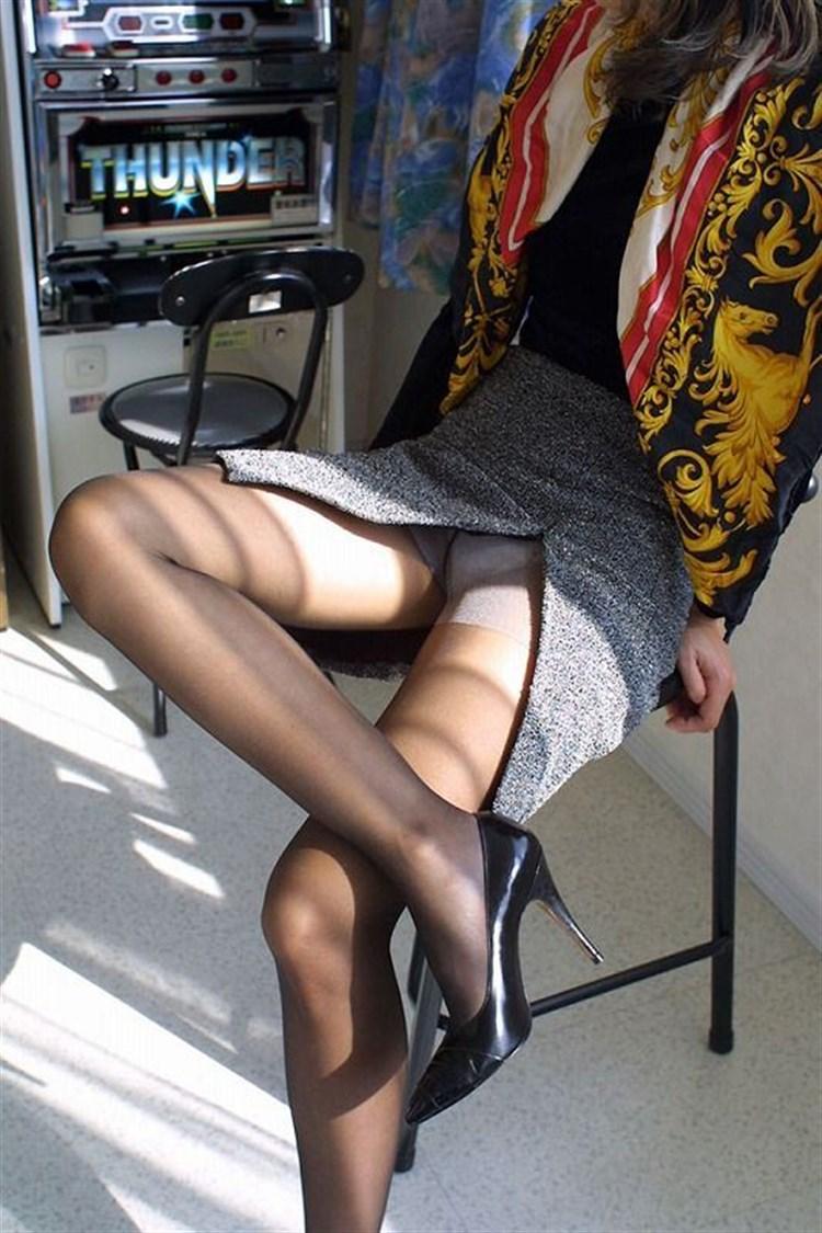 素人OLがミニタイトスカートで美脚挑発する誘惑的エロ画像9枚目