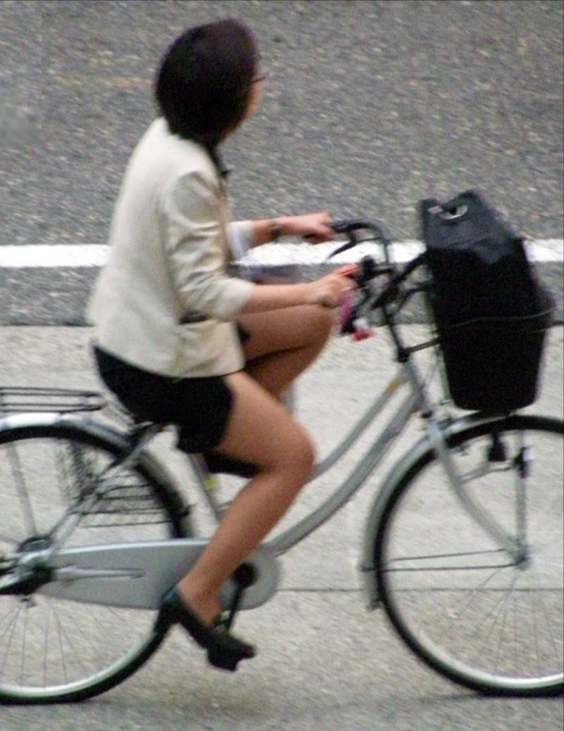 美脚OLが通勤途中に通る自転車をストーカー盗撮のエロ画像9枚目