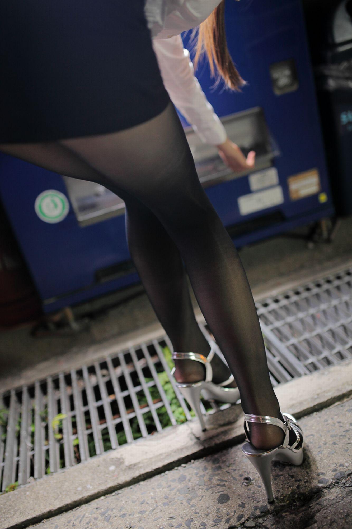 美脚OLのぶっかけられたパンスト足裏のザーメンエロ画像7枚目