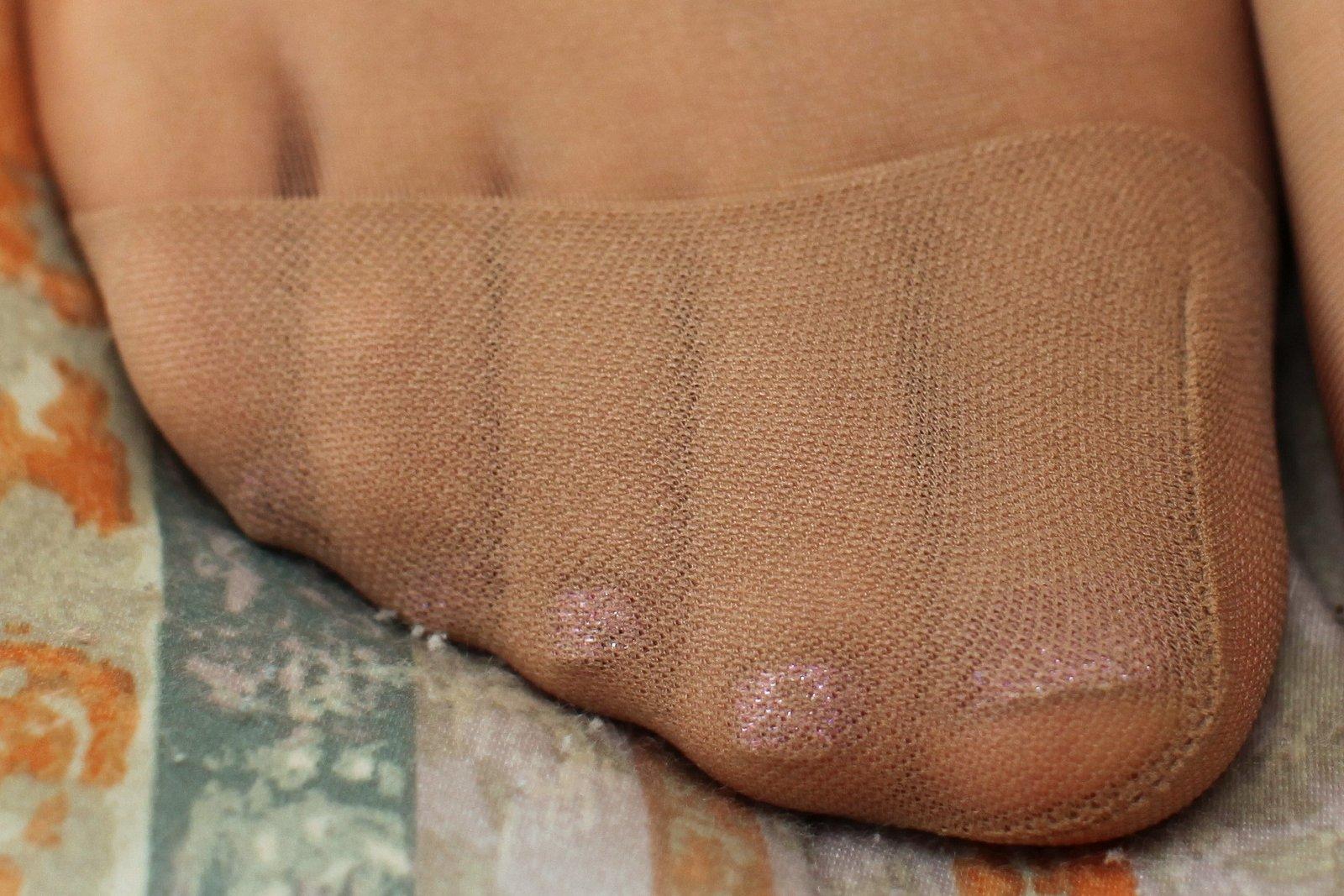 美脚OLのぶっかけられたパンスト足裏のザーメンエロ画像8枚目