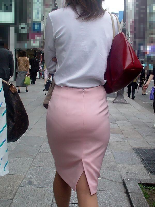 美尻OLの厚手タイトスカートのパンティライン露出エロ画像4枚目