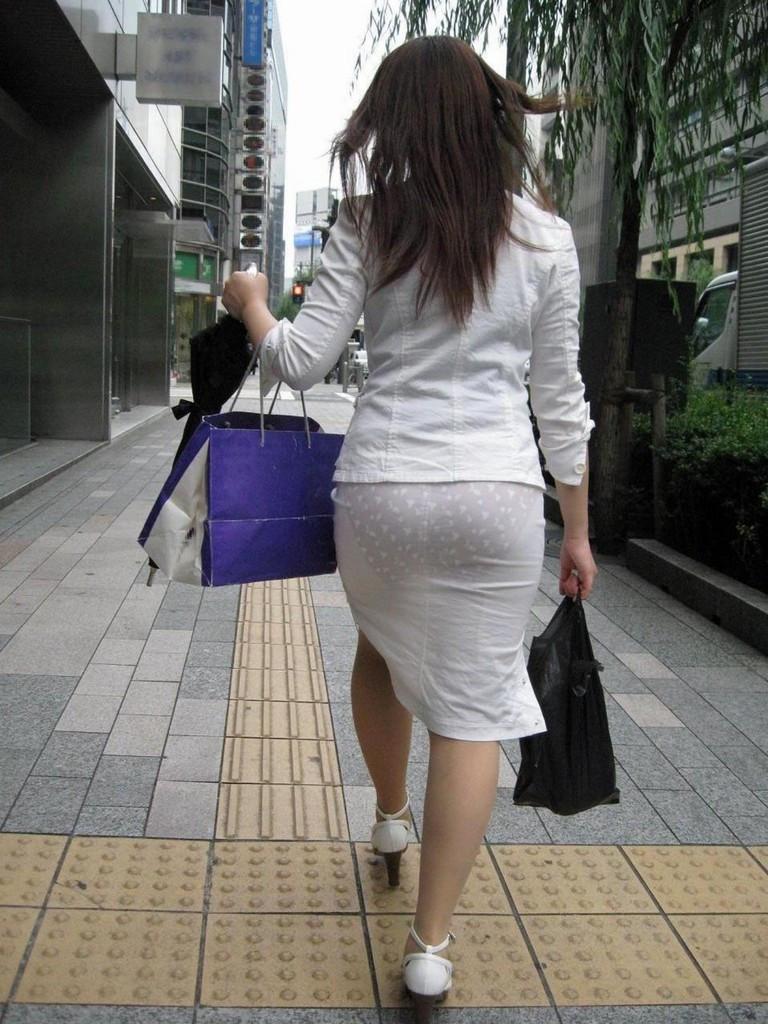 美尻OLの厚手タイトスカートのパンティライン露出エロ画像6枚目