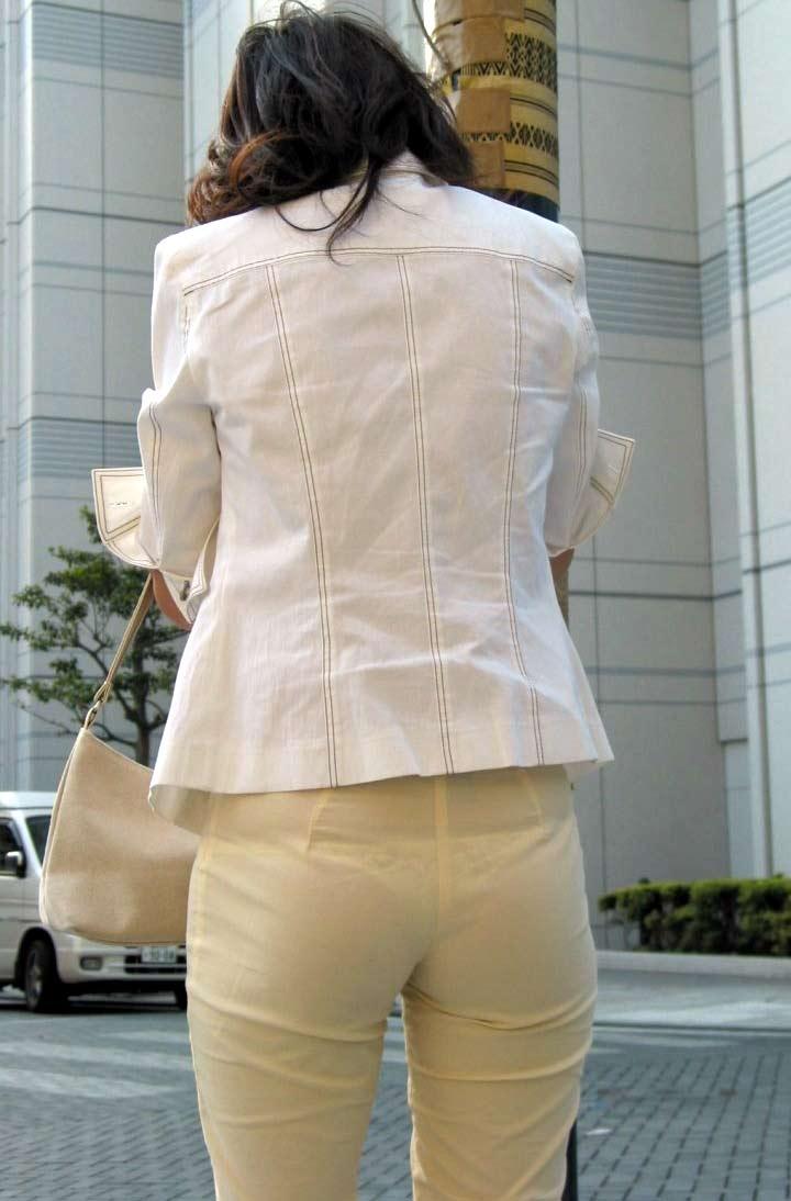 美尻OLの厚手タイトスカートのパンティライン露出エロ画像8枚目