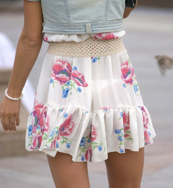 美尻OLの厚手タイトスカートのパンティライン露出エロ画像9枚目