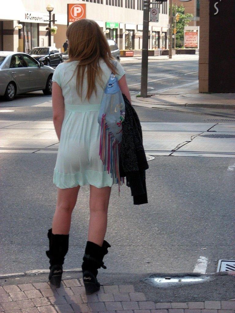 美尻OLの厚手タイトスカートのパンティライン露出エロ画像16枚目