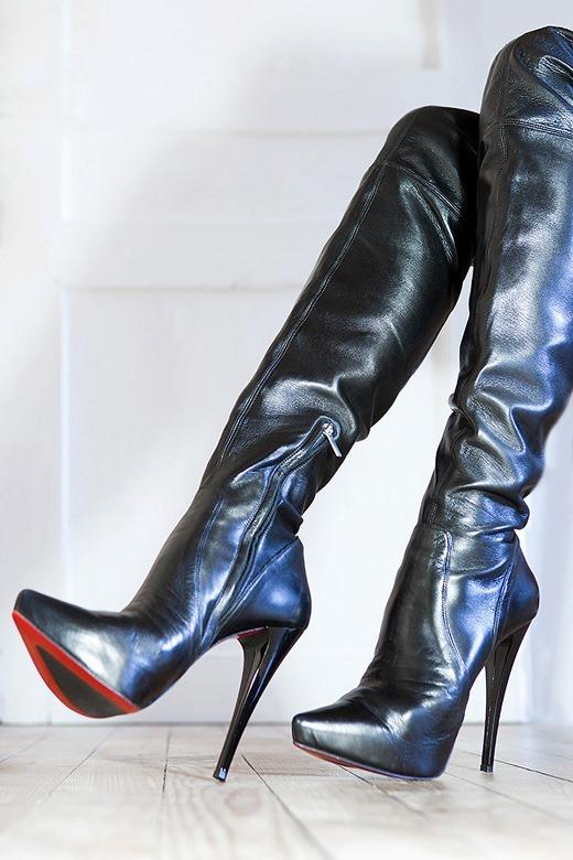 美脚OLのヒールの尖ったエナメルのロングブーツのエロ画像13枚目