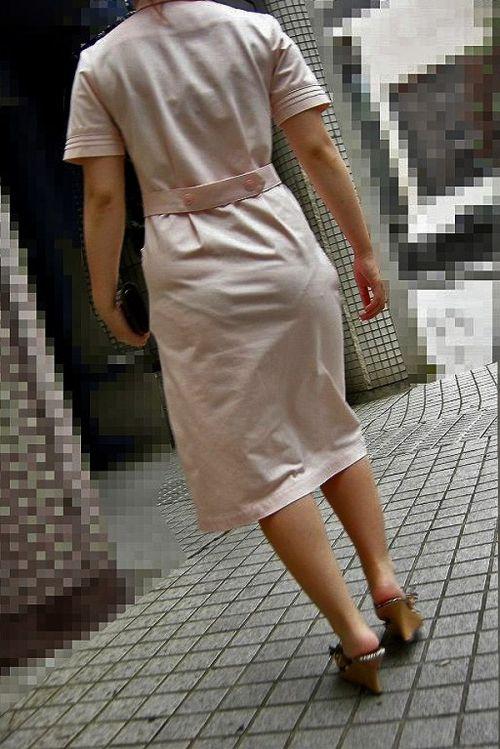 白衣ナースのスタイル抜群ヒップの透けパンティ盗撮エロ画像16枚目