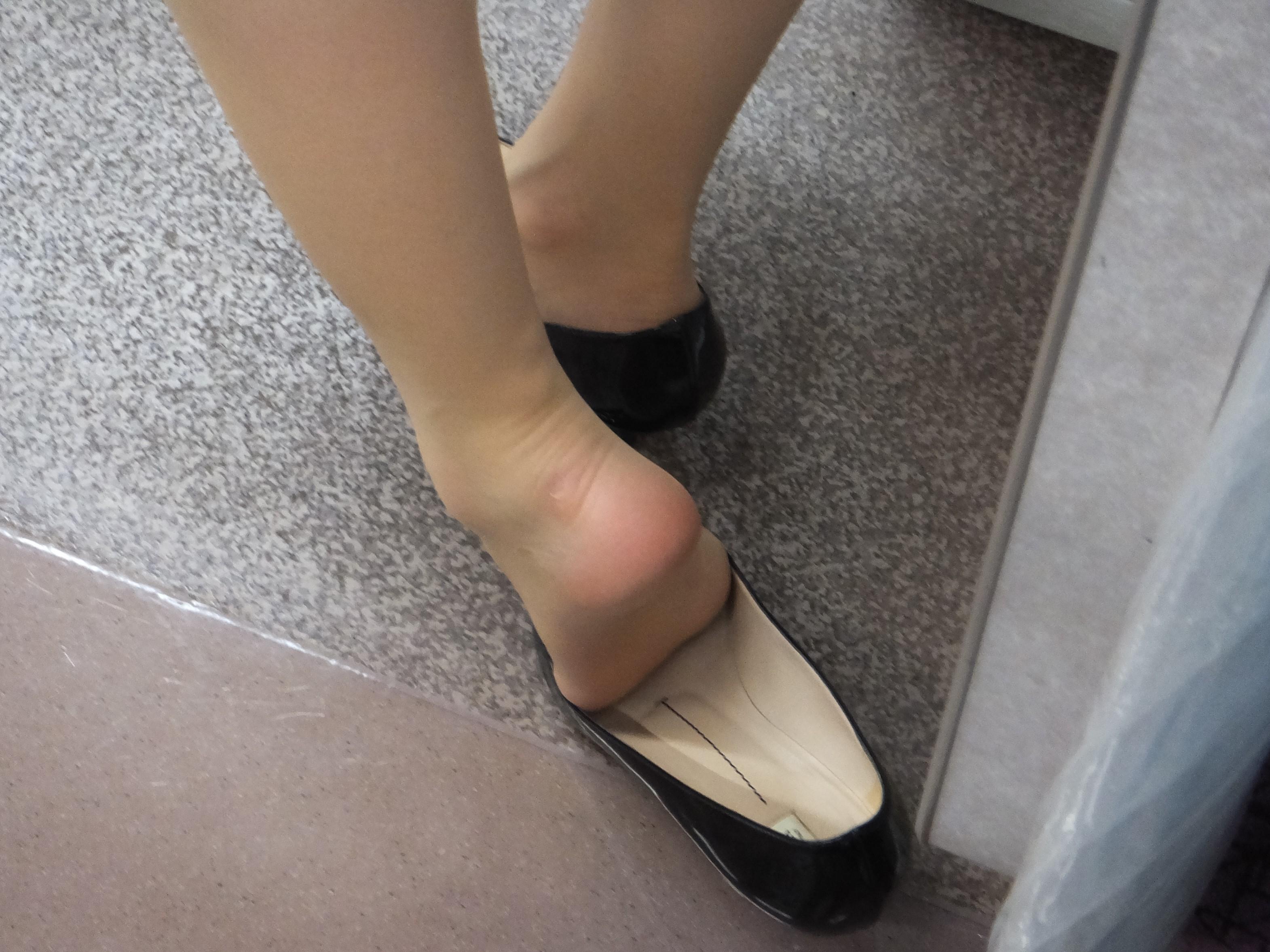 美脚OLが残業疲れでヒールを脱いだパンスト足裏のエロ画像2枚目
