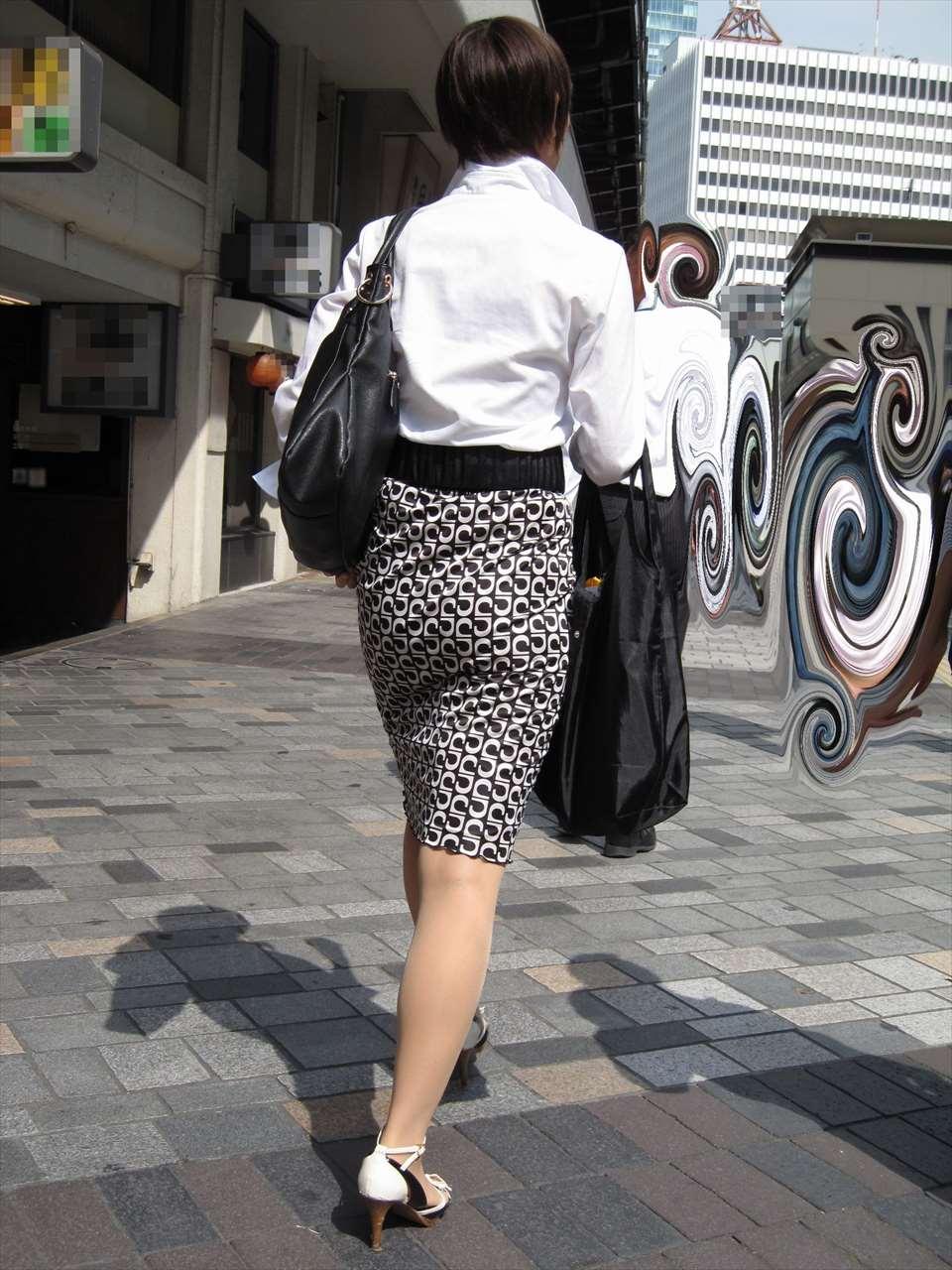 美脚OL達のタイトスカート姿を盗撮したエロ画像4枚目