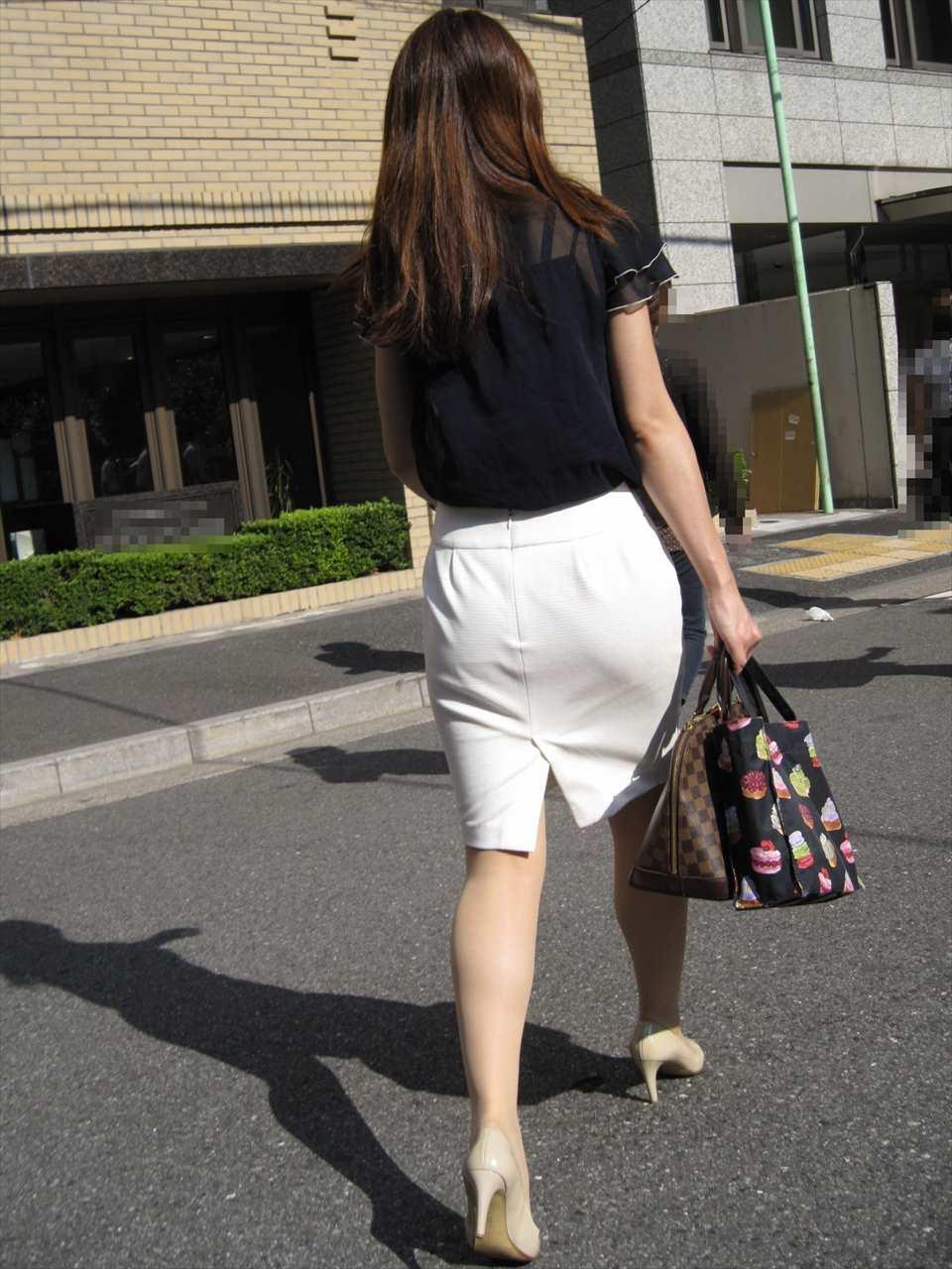 美脚OL達のタイトスカート姿を盗撮したエロ画像13枚目