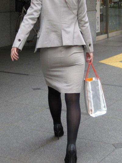 美脚OL達のタイトスカート姿を盗撮したエロ画像15枚目