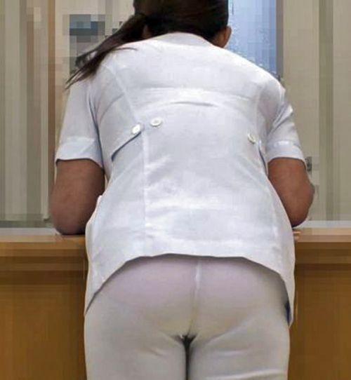 白衣ナースの搬入中に透けた下着のヒップライン盗撮エロ画像5枚目