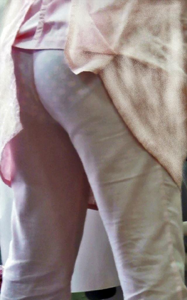 白衣ナースの搬入中に透けた下着のヒップライン盗撮エロ画像10枚目