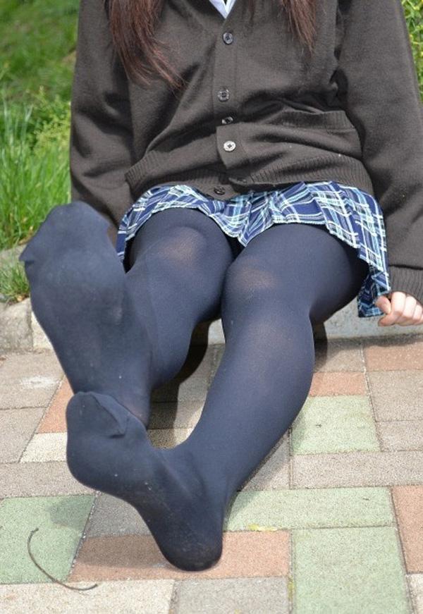 美脚OLの昼休み中に街で油断した黒パンストと足裏のエロ画像14枚目