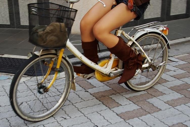 美脚OLの自転車タイトスカートのスリット露出盗撮エロ画像2枚目