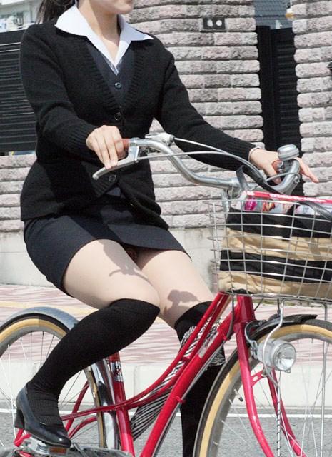 美脚OLの自転車タイトスカートのスリット露出盗撮エロ画像6枚目