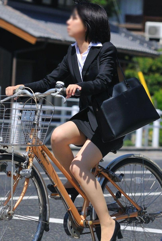美脚OLの自転車タイトスカートのスリット露出盗撮エロ画像8枚目