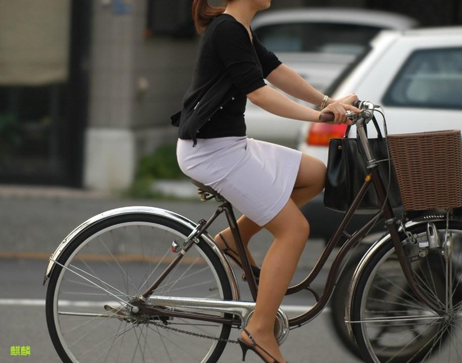 美脚OLの自転車タイトスカートのスリット露出盗撮エロ画像11枚目