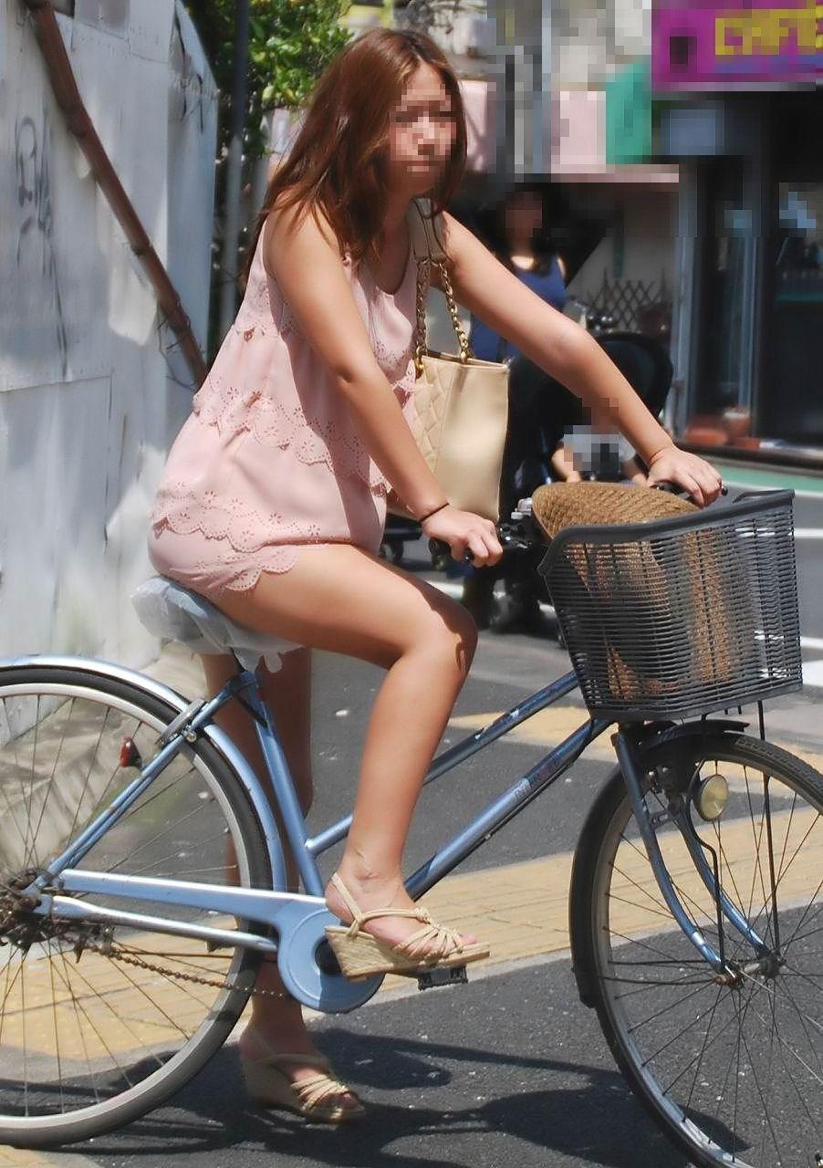 美脚OLの自転車タイトスカートのスリット露出盗撮エロ画像12枚目